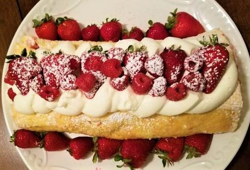 strawberry-shortcake-roulade-e1502297138938